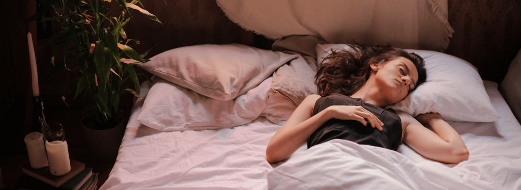 Mujer adolescente durmiendo cómodamente